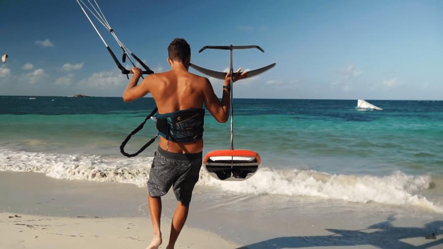 con Kite foil entrando en la playa