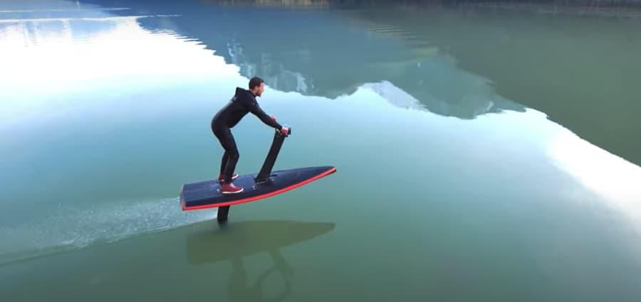 hombre navegando con el nuevohydroflyer primeras pruebas