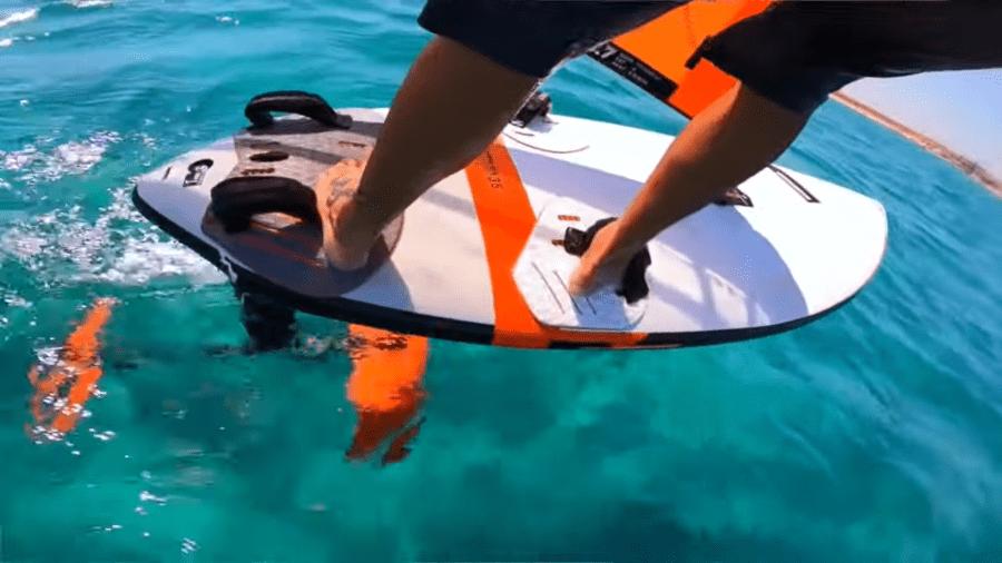 hydrofoil windsurf, paso 1 con pie trasero mas adelantado
