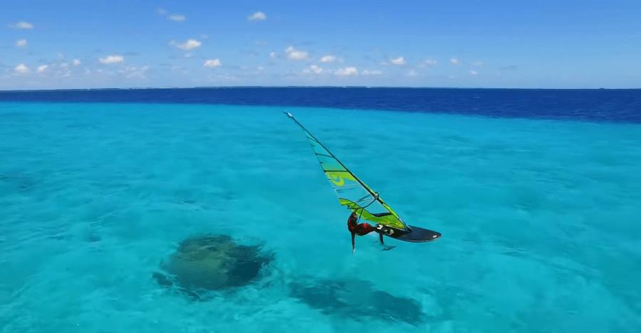 hydrofoil windsurf acariciando el mar