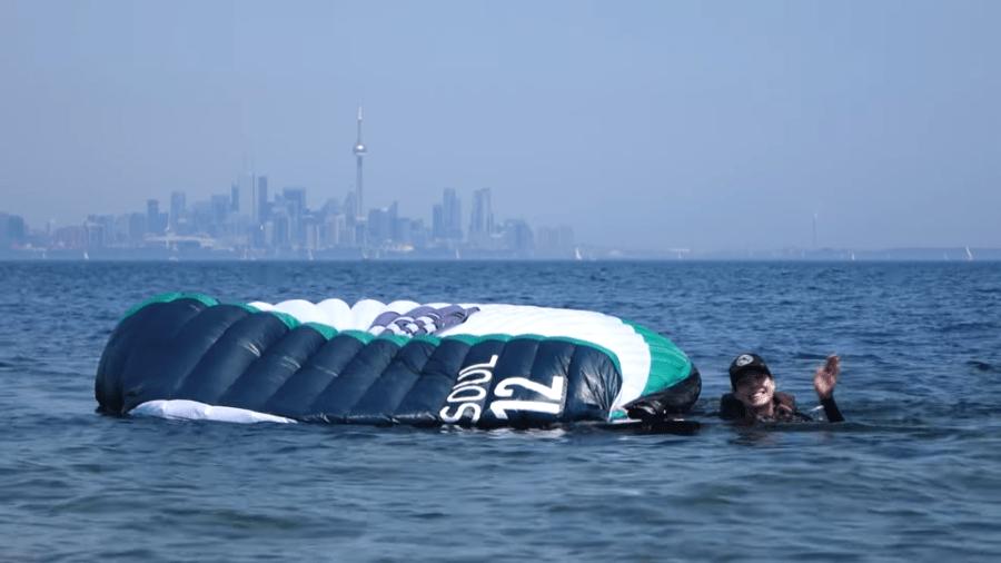 kitefoil caido en el agua
